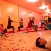 Ein heftiger Schlag Spätsommer im Freien Yoga für einen guten Zweck
