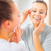 Alltag der Hautpflege, die Sie fühlen frische Blätter