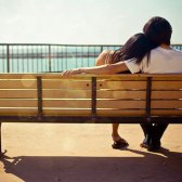 In Beziehungen sind Frauen stärker belastet als Männer?