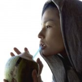 Kimberly Snyder trinken Kokoswasser (aus einer echten Kokosnuss)