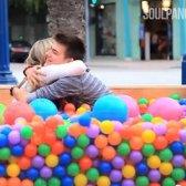 Zufällige Ball gut an der Ecke von Sparks Street Freundschaften [Video]