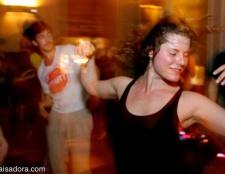 Erhalten Sie Ihr Tanz auf dem Beginn der Yoga-Journal-Konferenz
