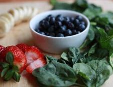 grünen Smoothie mit Heidelbeeren, Banane, Erdbeere und