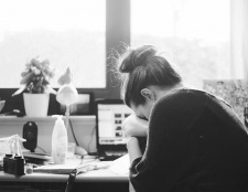 Frauen erleben mehr Stress am Arbeitsplatz als Männer